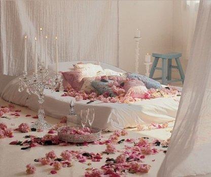 Интимная обстановка в спальной